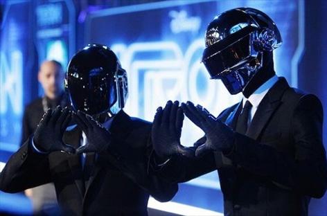 Daft Punkがグラミー賞授賞式でThe Weekndと共にライブを披露 image